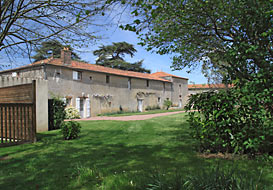 Character Vendee cottage for 4 with pool